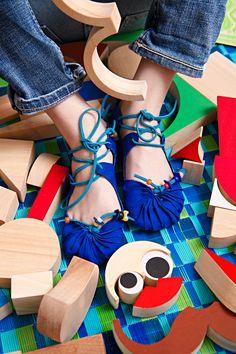 Fast so gut wie barfuß. Mit diesen selbst gemachten Sandalen schleichen die Kleinen wie Lederstrumpf durch Unterholz und Wohnung.