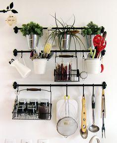 Dans ma cuisine, système de rangement avec des barres en fer forgé accrochées au mur (Ikea, Fintorp).