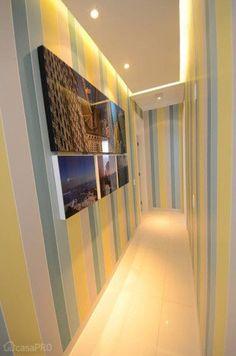 No corredor foi utilizado papel listrado da Bucalo, com listras na vertical e gesso com sanca invertida. Projeto de Márcia Lazarini.