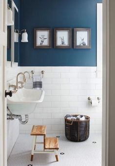 Easy Blue Bathroom Color Schemes 92 In Interior Designing Home Ideas with Blue Bathroom Color Schemes Do you Want a great living room decoration concept? Well, for this thing, you want to understand well about the Blue Bathroom Color Schemes. Bad Inspiration, Bathroom Inspiration, Lavabo Vintage, Blue Painted Walls, Blue Walls, Beautiful Bathrooms, Paint Bathroom, Master Bathroom, Narrow Bathroom