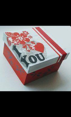 Esta hermosa caja pintada a mano en colores rojo y blanco con libélulas alrededor en color gris humo....decorada en decoupage y cintas rojas Decoupage, Decorative Boxes, Container, Home Decor, Wooden Jewelry Boxes, Mdf Wood, Wood Types, Painted Boxes, Ornaments