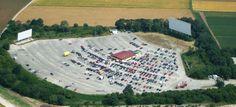 Freizeit in München Das Autokino Luftaufnahme Parkplatz mit Riesenleinwand
