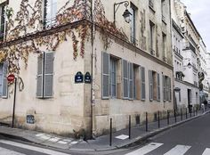 Le Marais wanderings... How pretty is this building?