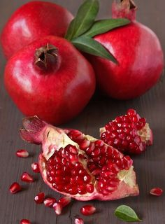 I Love Pomegranates! If you're not familiar with the pomegranate, it is a red fruit with a tough outer layer; only the juice and the seeds inside are edible. Pomegranate juice is available year. Red Fruit, Fruit Art, Fruit And Veg, Fruits And Veggies, Fruits Basket, Fruits And Vegetables Pictures, Fruits Photos, Healthy Fruits, Photo Fruit