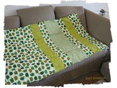 The last time I introduced you My Patchwork cover that I finally took the time to sew and I promised you to come back very .Informations About Le petit coussin, sa housse hyper facile et le tuto qui va avec ! Diy Baby Clothes Quilt, Sewing Clothes, Barbie Clothes, Diy Clothes, Coin Couture, Couture Sewing, Baby Leggings, Diy Pillows, Cushions
