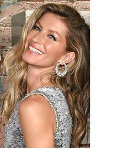 #JetInspireda deusa das deusas @gisele toda trabalhada nos #brilhos. Inspiração para convidadas de #destinationweddings a noite. Cabelo solto de lado com a textura #gisele. #Make esfumada com brilho raiz dos cílios beem marcadas batom nude e aquele iluminador! . . . . #destinationwedding #convidadas #madrinhas #bridal #bride #giselebundchen #love #makeup #trend #fashion #ubermodel #wavyhair #cabelo #jewelry #maquiagem #smokyeye #casamento #casar #wedding #travel #pinterest #moodboard