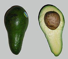 Hedelmä halkaistuna ja sen sisältämä kookas siemen.