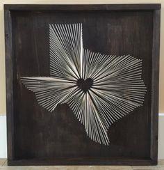 Zeigen Sie Ihre Heimatstadt Stolz mit dieser benutzerdefinierte gemacht Nagel/Zeichenfolge Kunst Holzplatten, die umrahmt werden. Jedes Zeichen werden von Hand hergestellt und gefertigt, um Ihren spezifischen Präferenzen anpassen. Kann ich jedem Staat oder Land mit Herz über die