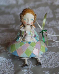 Vintage Mädchen mit einer Teekanne. Niedliche Keramik Glocke Puppe.
