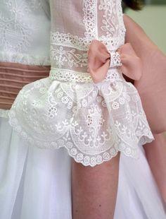 Dresses Kids Girl, Little Dresses, Kids Outfits, Flower Girl Dresses, Stylish Dresses, Fashion Dresses, Sleeves Designs For Dresses, First Communion Dresses, Girl Dress Patterns