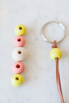 DIY Wooden Bead Keychain by via The Sweetest Occasion/ Photos by Alice G Patterson Photography Wooden Keychain, Diy Keychain, Crafts To Make And Sell, Sell Diy, Wood Bead Garland, Beaded Lanyards, Wooden Diy, Wooden Crafts, Bead Art