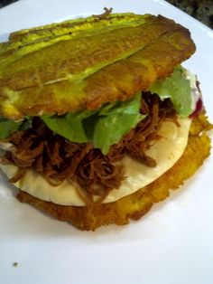 The cuisine of Zulia, in Venezuela, is full of marvels, and their patacones are unequaled. You can fill the crispy plantain pieces with beef, chicken or even shredded turkey — the important thing is that you're happy. Get a detailed recipe here. Plantain Recipes, Banana Recipes, Boricua Recipes, Cuban Recipes, Costa Rican Food, Venezuelan Food, Venezuelan Recipes, Little Lunch, Colombian Food