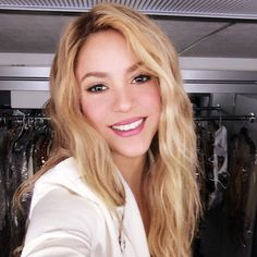 Shakira Tira Nova Selfie Para a T-Mobile Shakira Makeup, Shakira Body, Shakira Hair, Shakira Style, Shakira 2014, Willian Smith, Shakira And Gerard Pique, Selfies, Shakira Mebarak