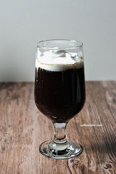 How to make Irish coffee at home? Use this simple recipe to make this coffee drink with whiskey, liqueur or coffee creamer. Best Iced Coffee, Joe Coffee, Irish Coffee, Coffee Is Life, I Love Coffee, Coffee Time, Espresso Coffee, Coffee Cup, Coffee Facts