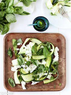 Kesäkurpitsa-mozzarellasalaatti | Kotivinkki