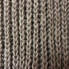Visuellement, les côtes perlées sont un point de tricot qui ressemble aux côtes 1/1, avec du relief en plus. Pourquoi choisir les côtes perlées? ♥C'est un point réversible. Pas besoin de se prendre la tête pour montrer seulement le joli côté de son écharpe ou de son snood, les deux faces sont identiques. Seul un(e) [...]