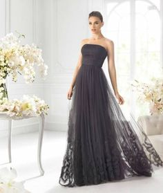 Vestido largo negro strapless para damas de boda - Foto La Sposa
