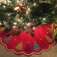 No Sew Tree Skirt Using A Basic Scalloped Tree Skirt And Felt Tree Ornaments. Diy Christmas Tree Skirt, Xmas Tree Skirts, Christmas Tree Skirts Patterns, Christmas Sewing, Christmas Tree Themes, Felt Christmas, Christmas Tree Decorations, Christmas Holidays, Christmas Crafts