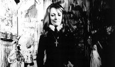 Niki de Saint Phalle  (29 octobre 1930 – 21 mai 2002) est l'une des artistes les plus populaires du XXème siècle, plasticienne, peintre, sculptrice  et réalisatrice de films. Son œuvre est marquée par son féminisme et sa radicalité de pensée qui donnent lieu à des créations atypiques et originales, comme « Nanas ». Dans cette lettre radicale et drôle, la sculptrice prend la plume et s'adresse à Dieu.
