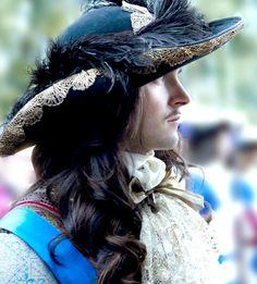 Beautiful costumes in Versailles TV series!! George Blagden as King Louis XIV. Versailles La Série (2015) Saison 1