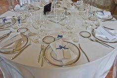 Mise en place per matrimoni. Allestimento tavola per matrimonio in bianco e blu. Preludio Noleggio, attrezzature per catering eventi.  Wedding table setting (withe and blue).