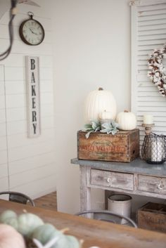 Simple and neutral fall farmhouse dining room #decor using natural elements | Fall Dining Room #Decor Ideas | How to Decorate for Fall | Decorating the Farmhouse Dining Room | DIY #Decor Ideas | DIY Fall Decor || Lauren McBride