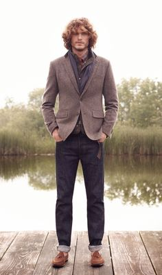 Acheter la tenue sur Lookastic:  https://lookastic.fr/mode-homme/tenues/veste-sans-manches-blazer-chemise-de-ville--jean-mocassins-a-pampilles-echarpe/938  — Blazer en laine gris  — Chemise de ville écossais bordeaux  — Chemise à manches longues écossais bordeaux  — Jean bleu marine  — Mocassins à pampilles en daim bruns  — Écharpe tressé bleu marine et blanc  — Veste sans manches matelassé olive