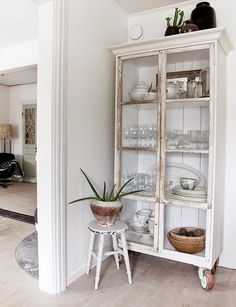 Why you need a glass cabinet in your home - Dekko Bird Glass Front Cabinets, Glass Cabinet Doors, Cupboards, China Cabinet, Furniture Makeover, Diy Furniture, Shabby Chic Furniture, Vintage Furniture, Furniture Design