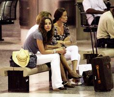 Kate Middleton is a Barbados Babe: Photo Kate Middleton and her family (including little sister Pippa) prepare to board a flight bound for the UK at Grantley Adams International Airport after spending the… Carole Middleton, Kate Middleton Outfits, Middleton Family, Kate Middleton Style, Duchess Kate, Duke And Duchess, Duchess Of Cambridge, Princess Kate, Princess Charlotte