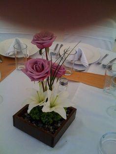 Rosas lila en caja de madera de Florería el Paraíso en Quinta Pavoreal del Rincón. www.pavorealdelrincon.com.mx