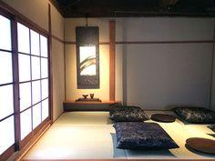 小上がりの座敷。床柱にスチールを使い、琉球畳を敷くなど、モダンな印象スターバックス 京都二寧坂ヤサカ茶屋店