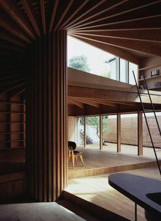 Située au nord de Tokyo, cette maison nommée Treehouse est un projet signé Mount Fuji Architects. Dédiée pour un jeune couple, l'habitation aborde le problème du maintien de la vie privée dans un quartier très dense.