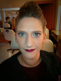 Maquillaje con luz y labios rojos