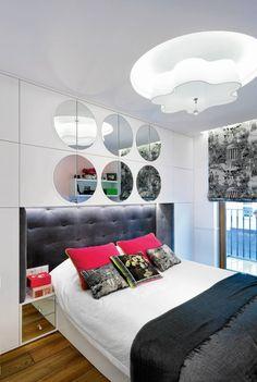 Sypialnia jest bardzo przytulna. Nic dziwnego - łóżko zpodświetlanym taśmą LED tapicerowanym zagłówkiem i kolorowe poduszki zachęcają...