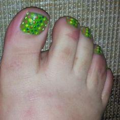 Pedicura en verde con lunares multicolor