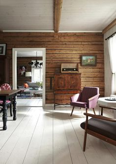 Hirret, valkoiset lattia & katto serious intermiettne chest pain 2 weeks now diff than every bf Log Home Interiors, Cottage Interiors, Modern Rustic Interiors, Cabin Homes, Log Homes, Knotty Pine Decor, Knotty Pine Rooms, Log Wall, Log Home Living