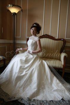 Aライン・プリンセスラインのウエディングドレス アメリカンスリーブの上品なドレスLORRINEです。