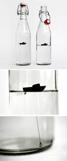 Wasserflaschen für stilles (Anker) und sprudelndes (Motorboot) Wasser  Von Designers Anonymous