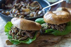 Χοιρινό σιγοψημένο με φυστικοζάχαρη από τον Άκη. Συνταγή για χοιρινό σερβιρισμένο σε μαλακά ψωμάκια bagels ή burgers με ξηρή μαρινάδα και φυστικοζάχαρη με φυστίκια Αιγίνης.