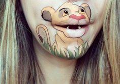 Magique : elle transforme sa bouche en personnages de dessins animés