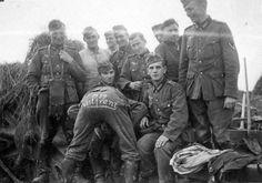 """Soldad alemanes se divierten.La inscripción en la parte trasera del soldado - """"Frente occidental 1939"""""""