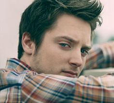 Elijah Wood. Brown Hair and Blue eyes, yes please :) reminds me of my hubs in this picture
