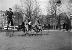 Guerre 1939-1945. Circulation à bicyclette dans Paris en mars 1941.