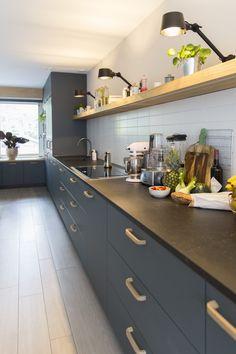 Femkeido | Maatwerk keuken – Leiden Cherry Kitchen, New Kitchen, Kitchen Dining, Kitchen Decor, Green Kitchen Cabinets, Upper Cabinets, Kitchen Room Design, Kitchen Interior, Small Kitchen Storage