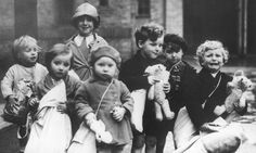 Evacuees leave for the British countryside