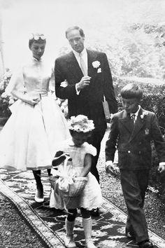 AUDREY HEPBURN/オードリー・ヘップバーン:バルマンの立ち襟パフスリーブドレスに白バラの花冠が可憐な、女優のオードリー(1954年)。新郎は俳優・プロデューサー・監督のメル・ファーラー。 ©amanaimages