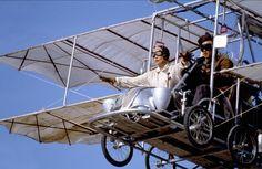 Arizona Dream (1992)  Kusturica'nın gerçeküstü öğelerle anlatımı zenginleştirdiği, komedi ve dramın ortasında bir film Arizona Dream. Yönetmenin filmografisinde ayrı bir yerde durur film, Bosnanın varoşlarından Arizona'ya taşır kamerasını. Johny Depp (Axel)'in en genç hâlleri, Faye Dunaway (Elaine) ve histerik genç kız rolünde Lili Taylor (Grace) arasında filizlenen bir aşk üçgenini konu alıyor. Alışılagelen Kusturica cümbüşü yerini, uçlarda bir deneyselliğe bırakıyor.