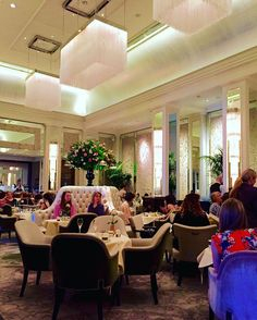 The Palm Court at The Langham London. One of the best afternoon tea places in London - Stylishly elegant. #palmcourt #thelangham #langhamhotel #fivestarhotel #afternoontea #interiordesign #design #interior #chic #stylish #elegant #london #history #instadaily #instagood #igers #toshi147147 #ホテル #インテリア #デザイン #建築 #建築探訪 #エレガント #フォロー #アフタヌーンティー by toshi147147