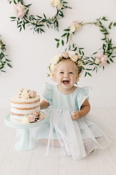 First Birthday Photos, Birthday Pictures, 1st Birthday Girl Dress, Baby Birthday, Baby Pictures, 1st Birthday Photoshoot, Baby Kind, Happy Baby, Birthday Dresses