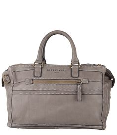 De Abbie van Liebeskind is een fijne tas van groter formaat. De tas is uitgevoerd in hoogwaardig leer en afgewerkt met contrasterende stiksels.